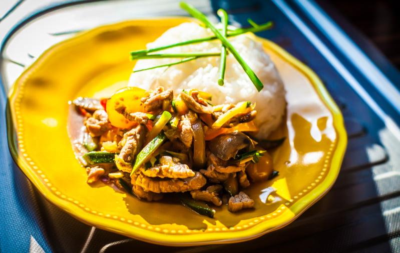 Mamalyga_wieprzowina z warzywami w sosie ostrygowym