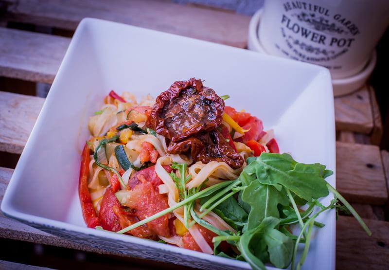 mamalyga_makaron ryzowy z warzywami i pesto