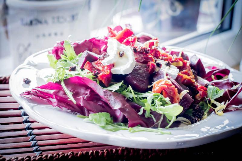 Mamalyga_salata z burakiem w sosie porzeczkowym