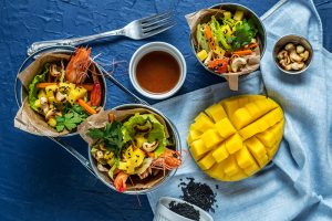 Mamalyga_salatka z krewetkami, mango i orzechami nerkowca poziom