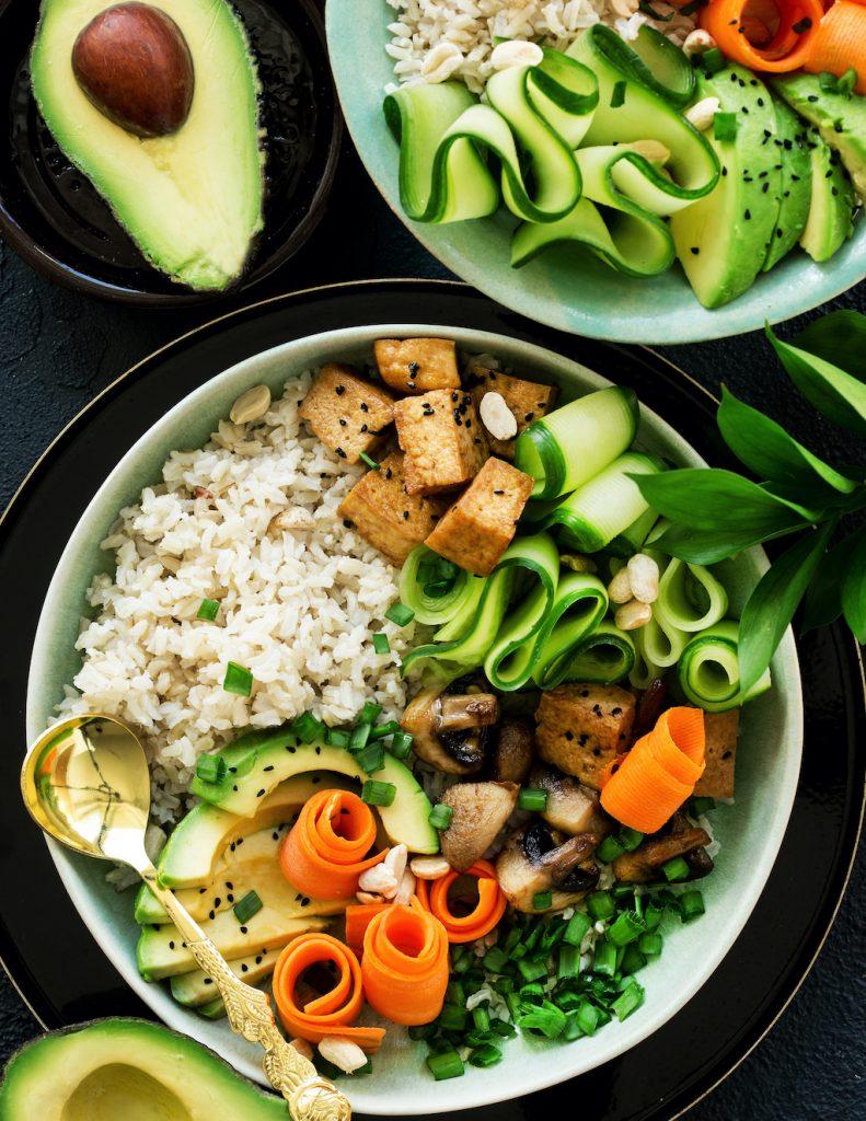 buddha bowl- tofu, awokado, marchewka, ogórek, pieczarki