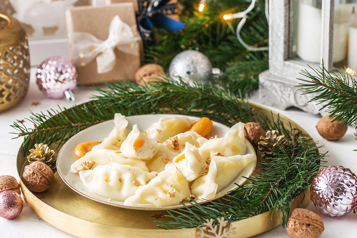 Pierogi z białym serem, morelami i orzechami włoskimi