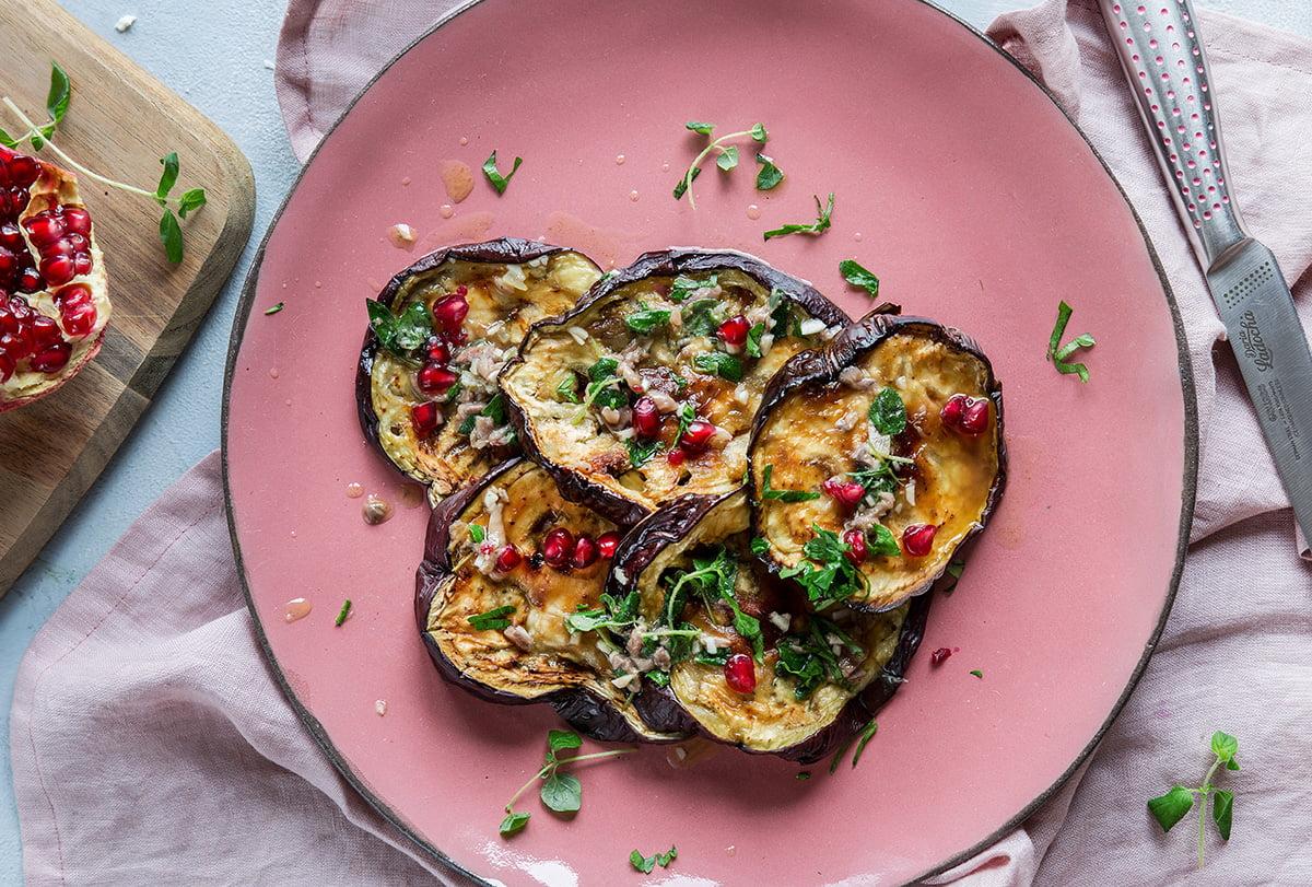 idealne-danie-na-walentynki-pieczony-bakłażan-z-anchois-i-granatem
