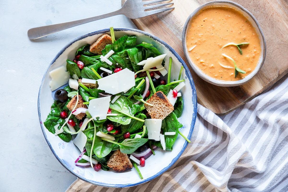 Prosta sałatka z kozim serem i granatem z sosem z anchois